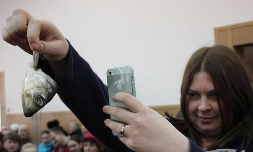 Тухлую голову селедки засунула за шиворот украинскому депутату советник мэра