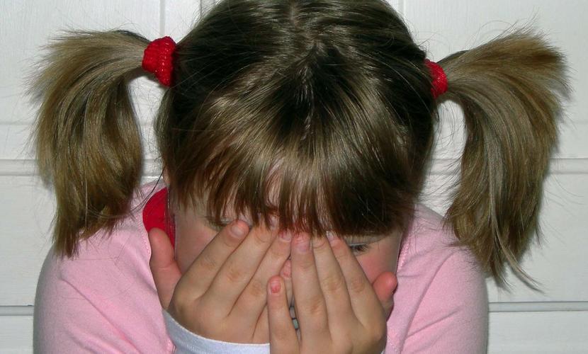 Коварный педофил в Бурятии дважды изнасиловал 9-летнюю соседку и спрятал ее в диван