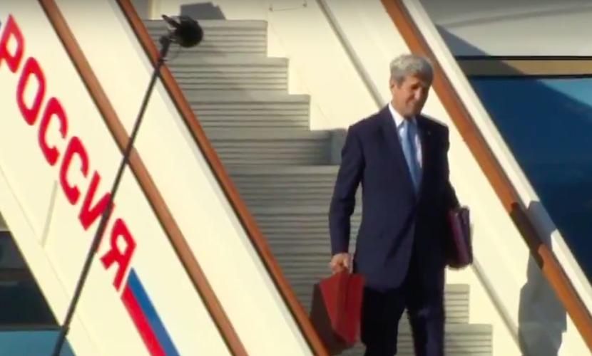 Керри прилетел в Москву на важные встречи с Путиным и Лавровым с гитарой