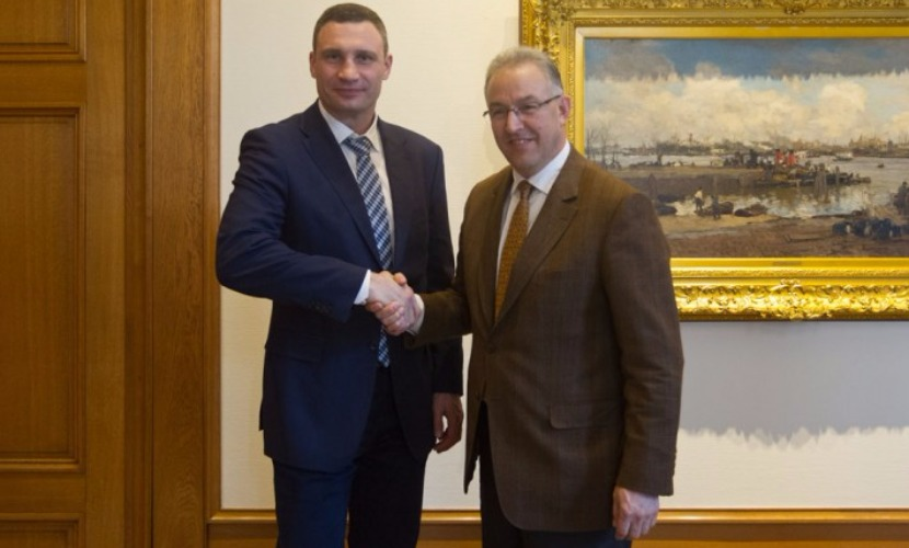 Виталий Кличко (слева) и Ахмед Абуталеб.