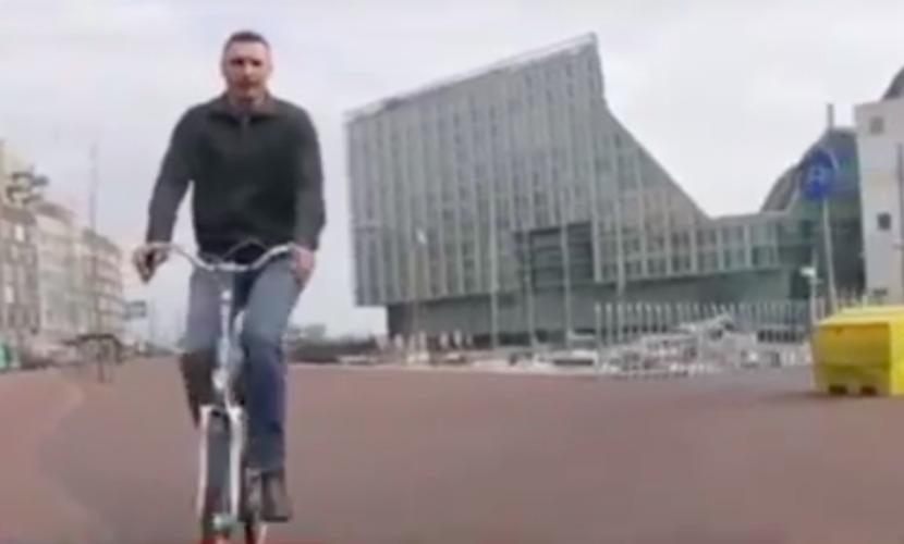 Кличко покатался на велосипеде по Амстердаму и рассказал о стремлении в европейскую семью