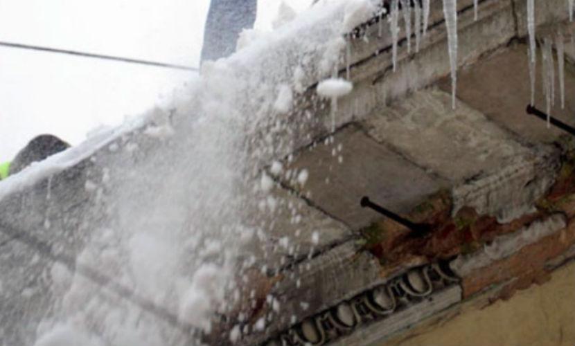 Спасатель в Оренбургской области выкопал детей из снежного завала посреди улицы