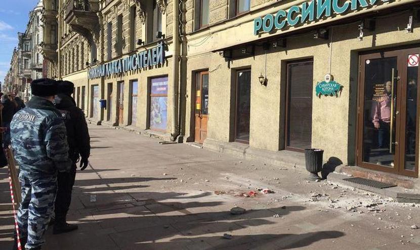 Кусок исторического здания тяжело ранил приезжего в Петербурге