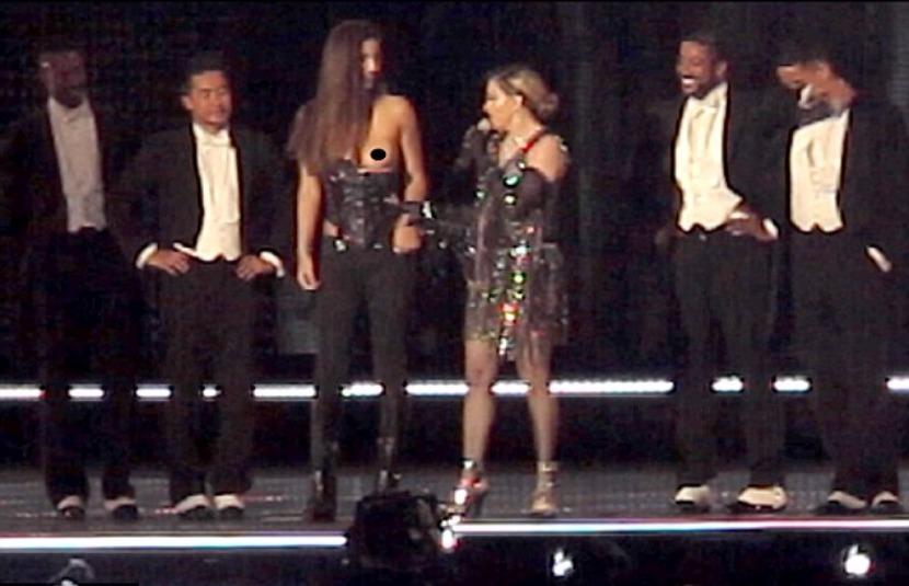 В Сети появилось видео, как Мадонна оголила на сцене грудь несовершеннолетней фанатки