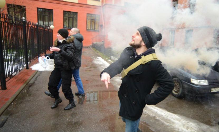 Четыре нацбола забросали яйцами и файерами консульство Украины в Петербурге