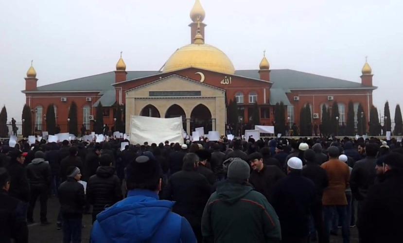 В Назрани у Насыр-Кортской мечети во время молитвы взорвался автомобиль