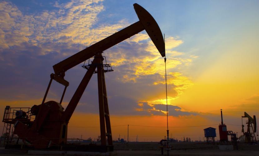 Россия в феврале снизила добычу нефти по сравнению с рекордным в истории январем