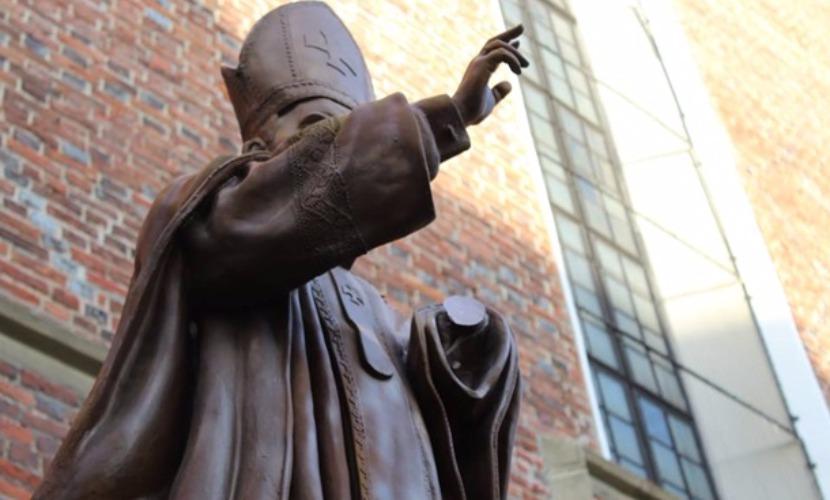 Вандалы отпилили руку у памятника Папе римскому Иоанну Павлу II на Львовщине