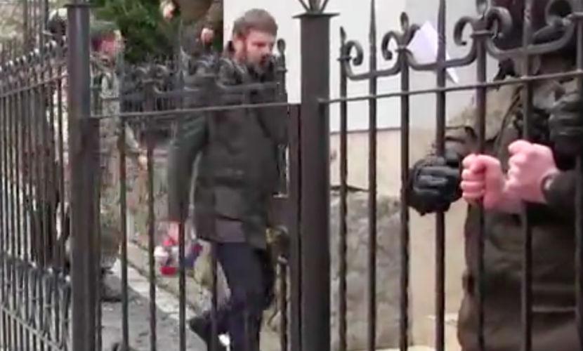 Украинский депутат сорвал и сжег флаг c российского консульства во Львове