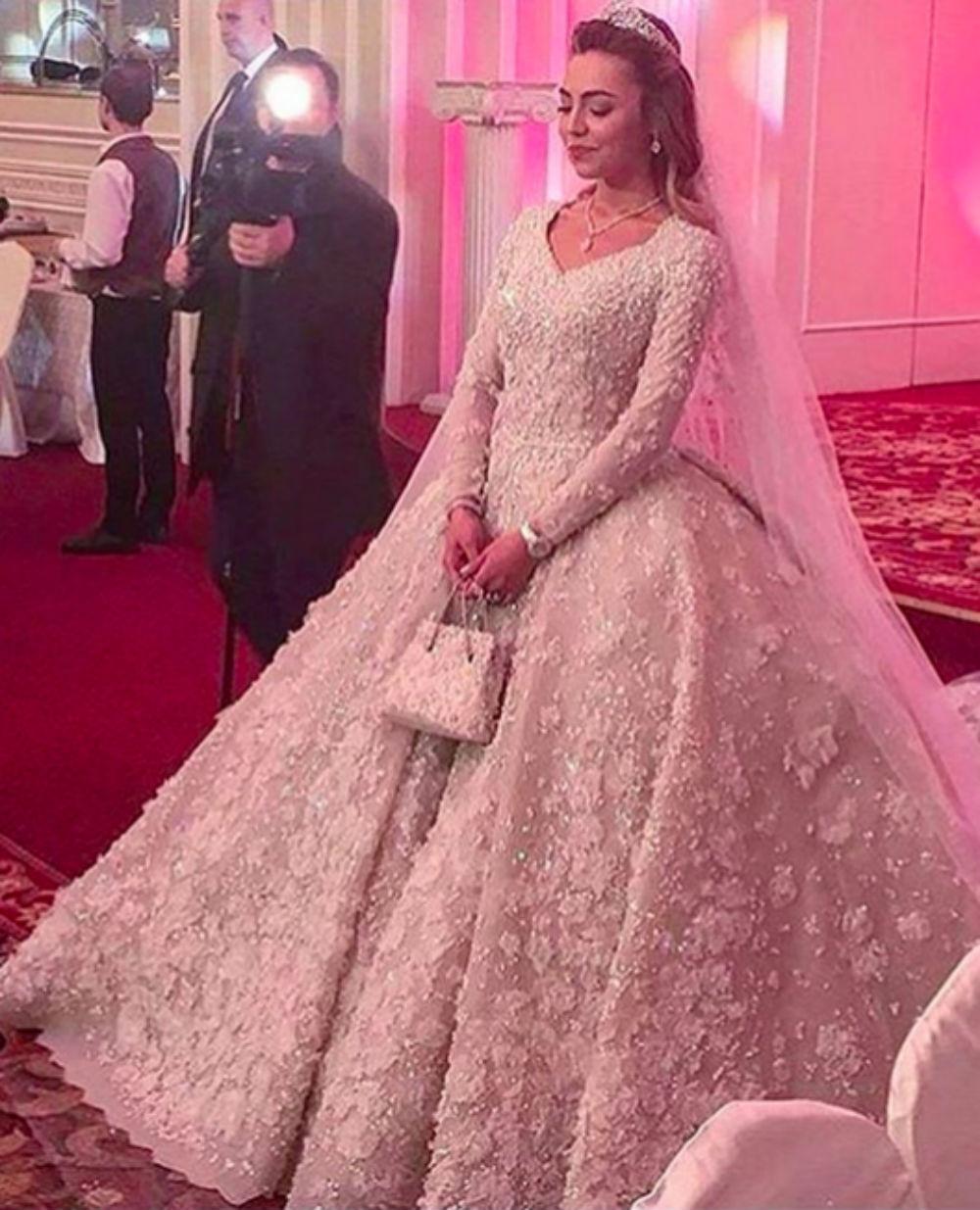 Платье невесты весит 25 килограммов и обошлось в 27 миллионов рублей