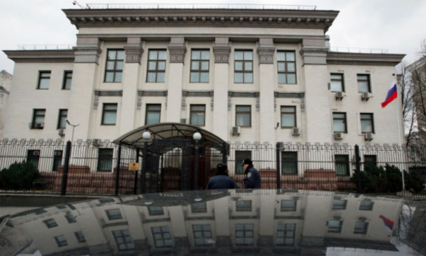 Россия отправила ноту протеста в Киев из-за нападения на посольство