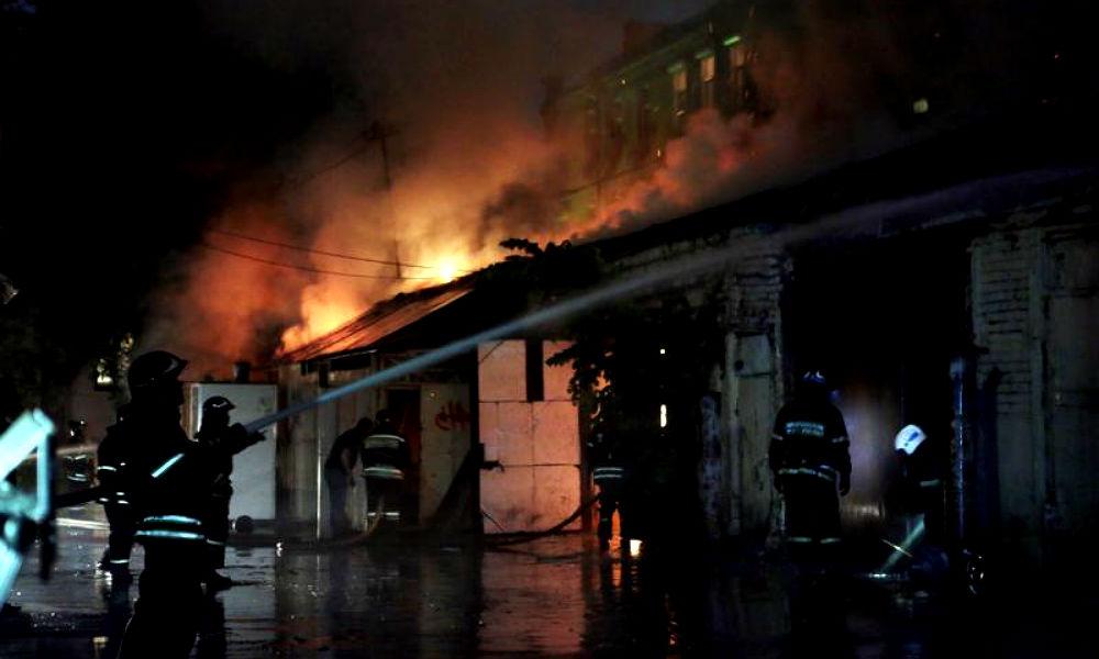 После трех взрывов на севере Москвы загорелись 20 гаражей