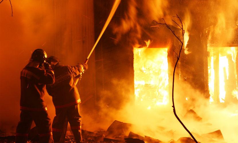 Два человека стали жертвами пожара в пятиэтажном доме в Приморье