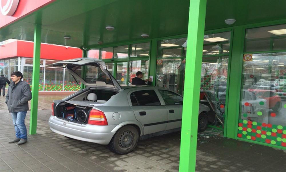 В Ставрополе иномарка врезалась в витрину супермаркета