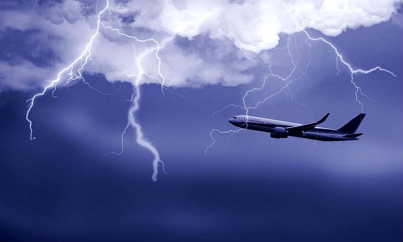 Удар молнии заставил пассажирский самолет экстренно приземлиться в США