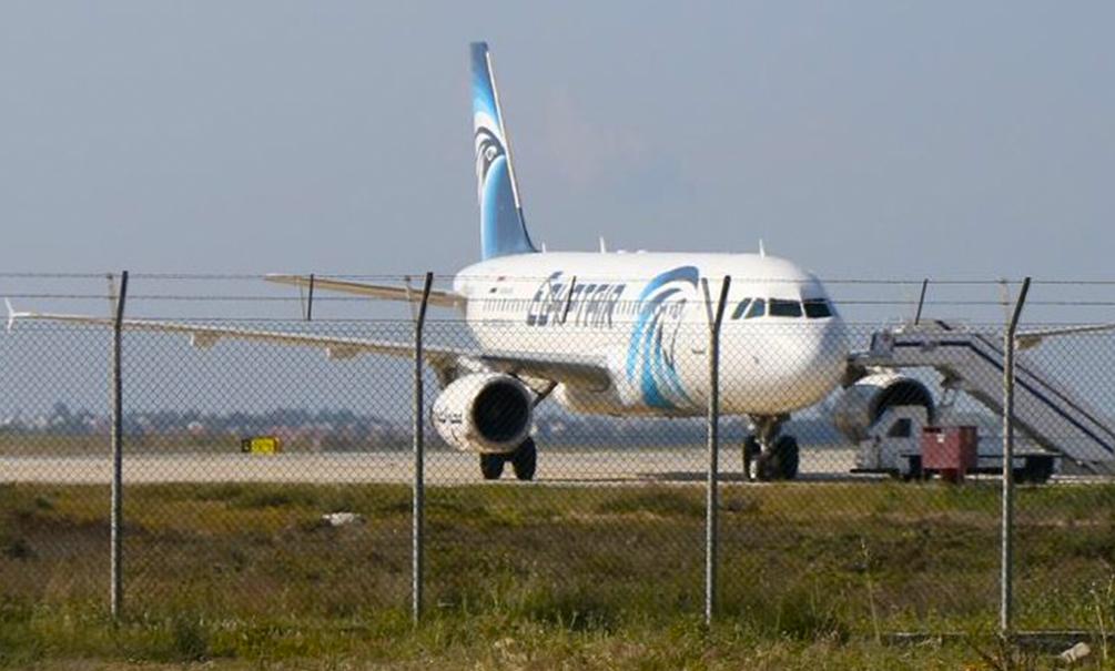 Захвативший самолет EgyptAir мужчина потребовал политубежища и отпустил всех заложников, кроме американцев и британцев