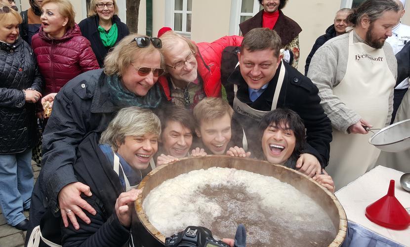 Мировой рекорд по приготовлению сбитня установили в Москве знаменитые россияне