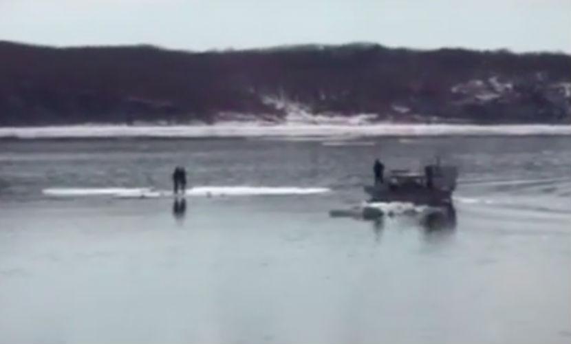 Две девочки попали в опасность во время селфи на льдине во Владивостоке