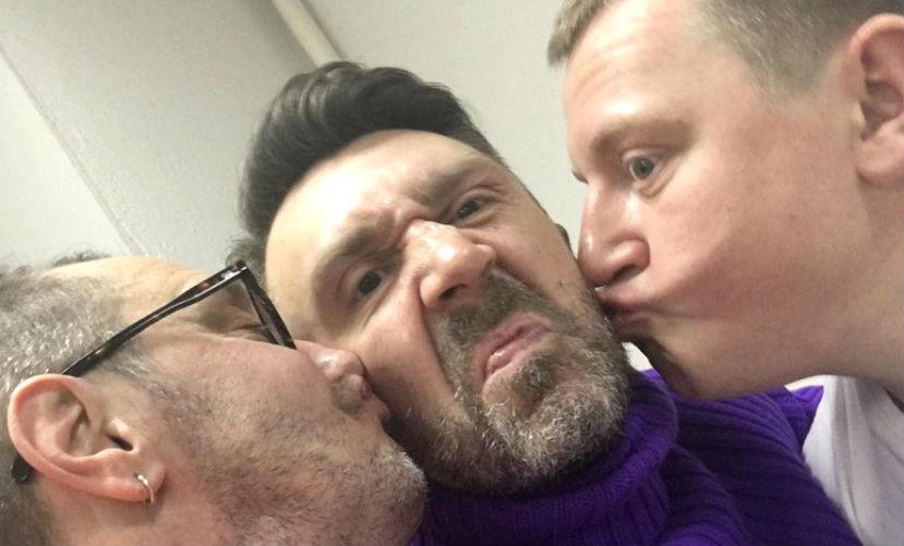 Сергей Шнуров шокировал поклонниц целующими его двумя мужчинами - «новыми солистками» группы