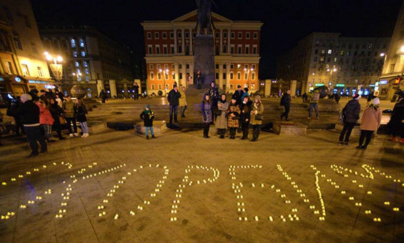 В «Час Земли» москвичи и петербуржцы зажгли траурные свечи в память о жертвах крушения Boeing