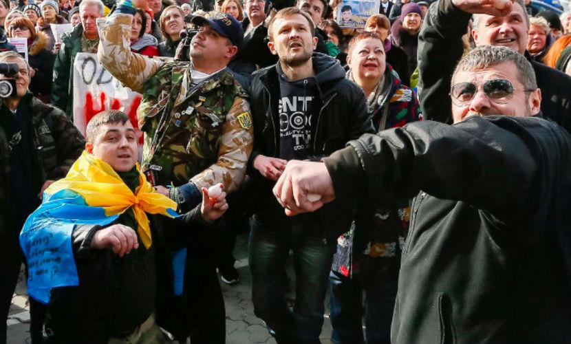 Топ-10 фото и видео акции протеста радикалов у российского посольства в Киеве