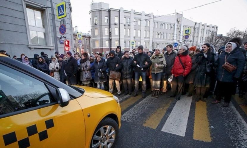 150 валютных ипотечников взяли штурмом приемную партии