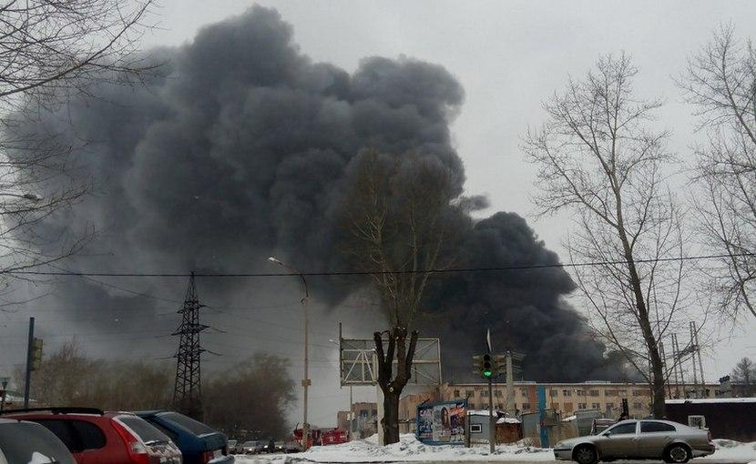 Крупный пожар начался на складе игрушек в Екатеринбурге