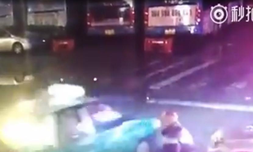 Автобус с пассажирами провалился в «адскую воронку»