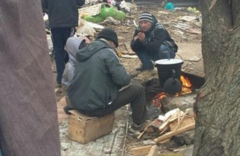 Семья из Ростовской области кормит детей собачатиной в полусгоревшем доме с бомжами