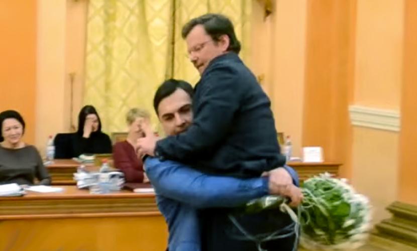 Зама Саакашвили вынесли с трибуны на руках с букетом цветов