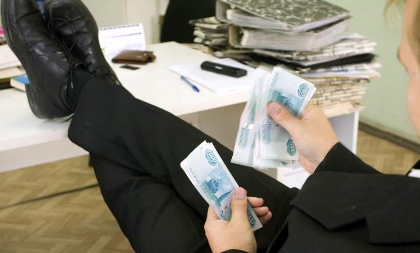Зарплаты чиновников в экономический кризис выросли почти на 40%