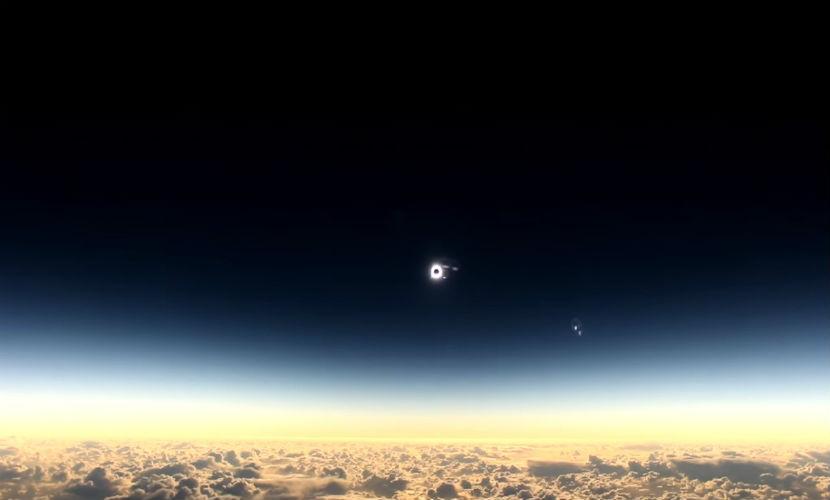 Завораживающее солнечное затмение показали из окна самолета пассажиры авиакомпании Alaska Airlines