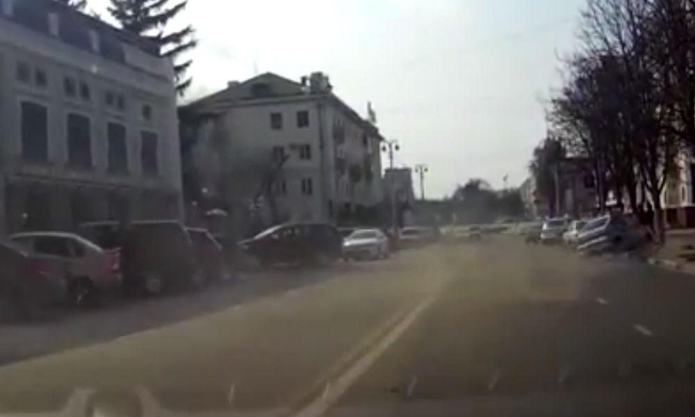 ДТП с полицейской машиной и деревом в Белгороде попало на видео