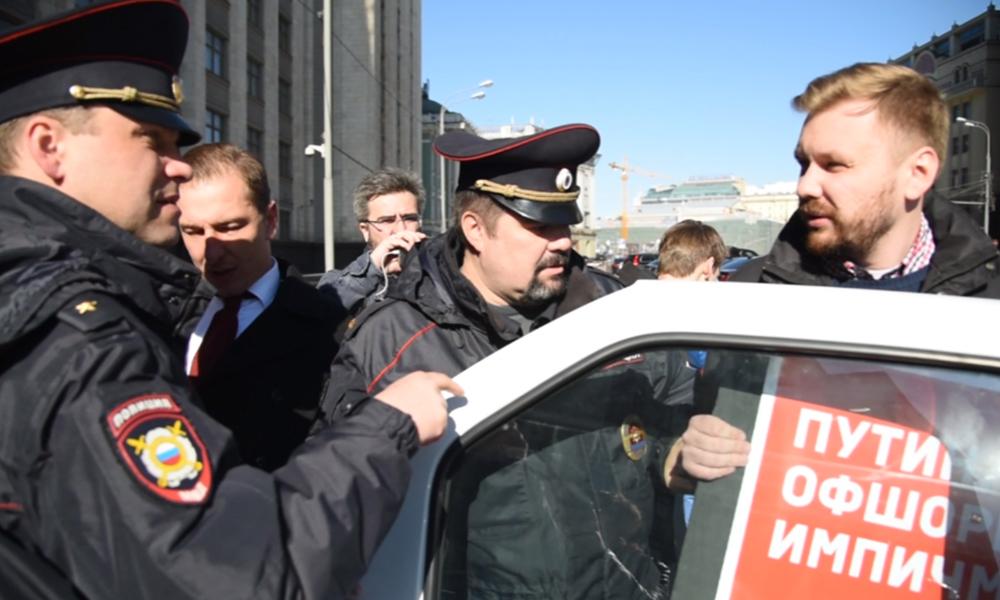 Момент задержания пикетчиков-антипутинистов возле Госдумы попал на видео