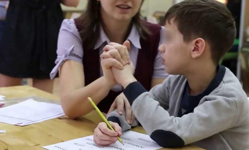 Депутат-единоросс в Саратове обозвал малышей-аутистов «детьми, мяукающими под партой»