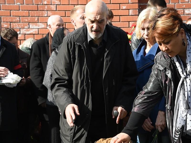 Алексей Петренко на похоронах Альберта Филозова: