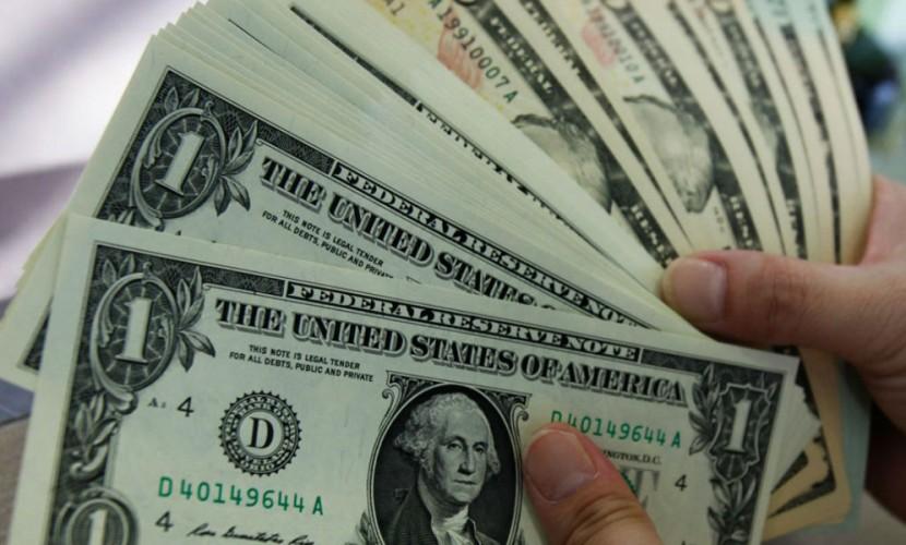Доллар укрепился по отношению к рублю и евро