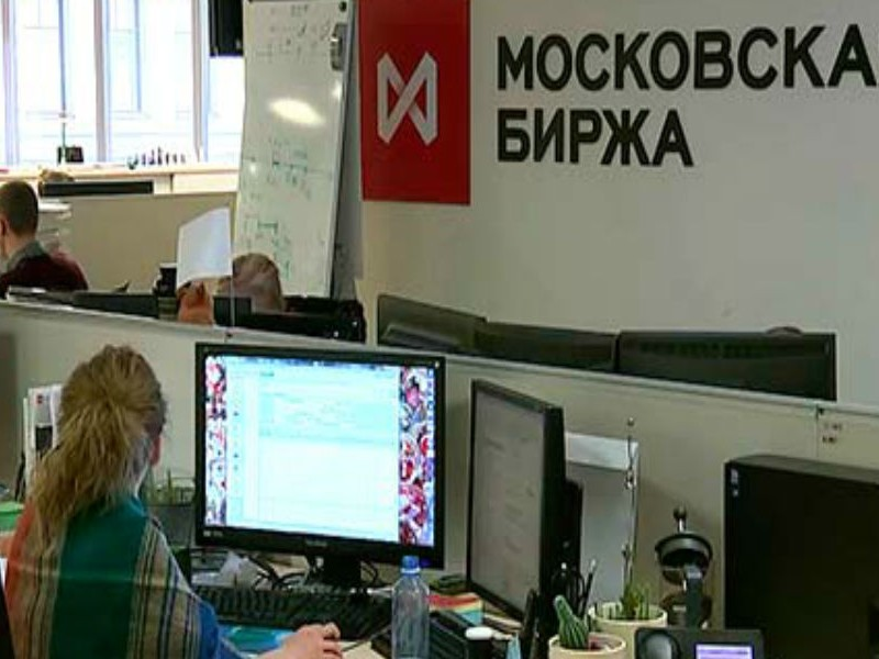 Российская валюта на утренних торгах уступила доллару 4 копейки, опустившись до 66,35 рубля