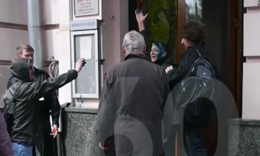 Появилось видео с облитой зеленкой Людмилой Улицкой у Дома кино в Москве