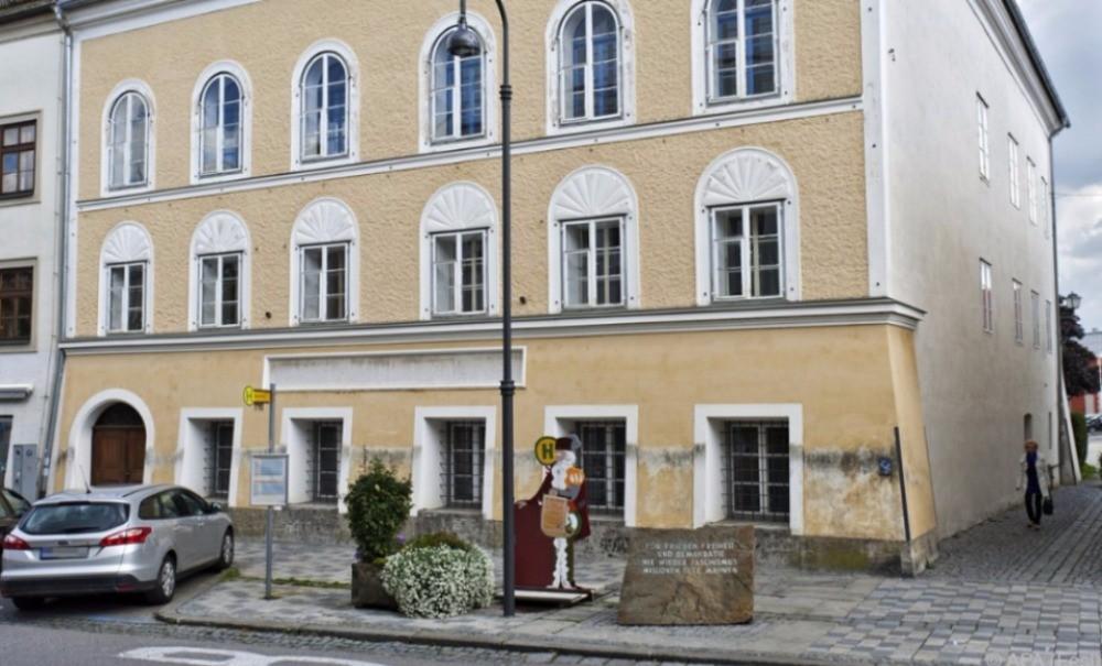 Австрийские полицейские решили отобрать дом Адольфа Гитлера у законной владелицы