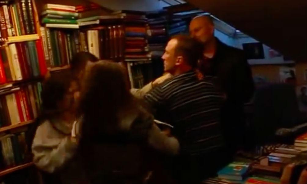 Возмущенные феминистки подрались с мужчинами в книжном магазине Москвы