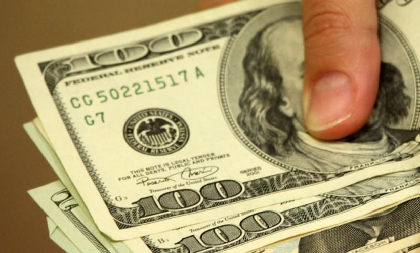 Доллар вырос по отношению к евро и рублю на истерии по Brexit
