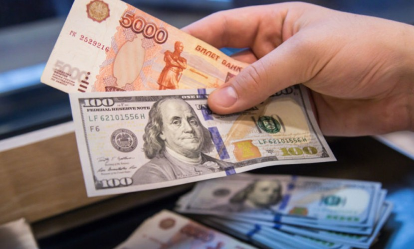 Доллар упал по отношению к рублю на данных о росте нефтяных цен