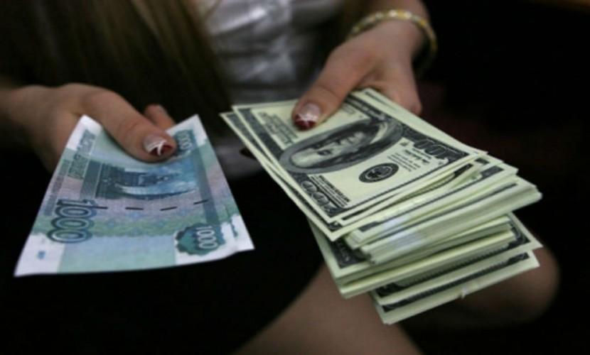 Рубль получил поддержку от цен на нефть и укрепился по отношению к доллару