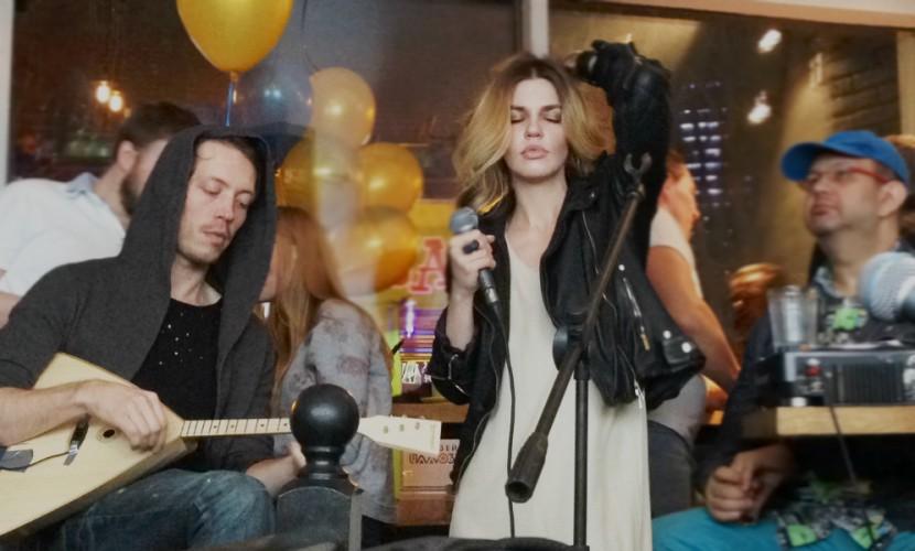 Сексуальная вокалистка перепела Лану Дель Рей под балалайку в московском баре