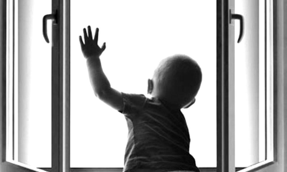10-месячный малыш выпал из окна третьего этажа в Железногорске