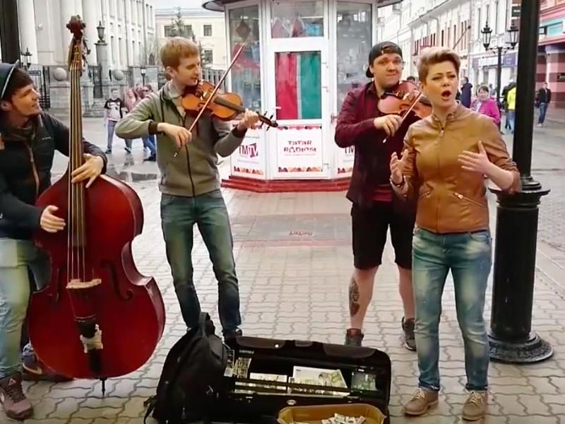 Уличные музыканты спели задорную песню о Путине и стали звездами Интернета