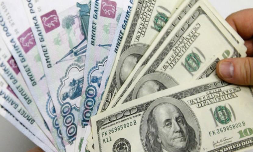 Рубль незначительно уступил доллару в ожидании решения ФРС США по процентной ставке