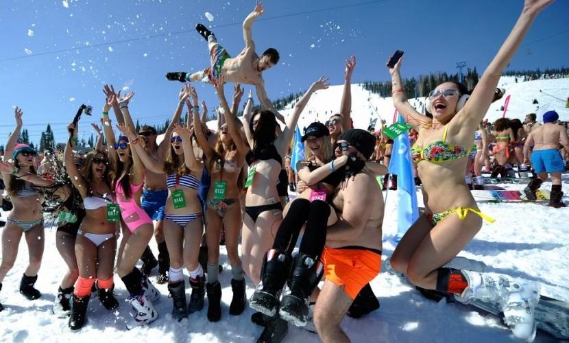 Сексуальные красотки в бикини установили рекорд по массовому спуску в Шерегеше и попали на видео