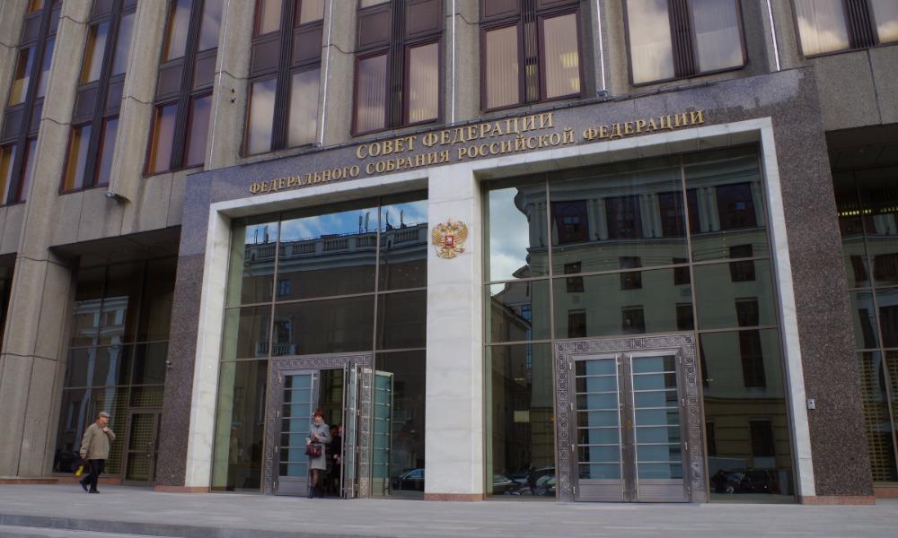 В Совете Федерации внесли предложение сажать за надругательства над гимном России